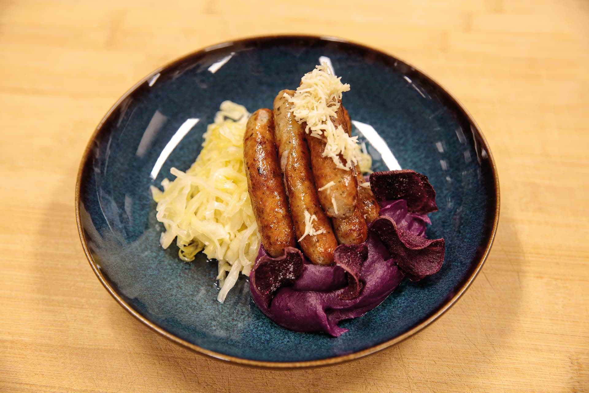 Nürnberger mal anders! - Nürnberger mit süß-saurem Spitzkohl, violetter Kartoffel, Zwetschgen-Dip und frisch geriebenem Kren